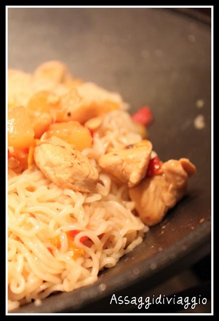 Noodles con pollo, peperoni, ananas ed anacardi